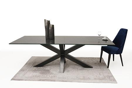 Wygodne tapicerowane krzesło z drewnianymi nogami z kołatką