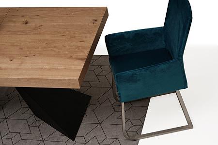 wygodne tapicerowane krzesło z metalowymi płozami z podłokietikami