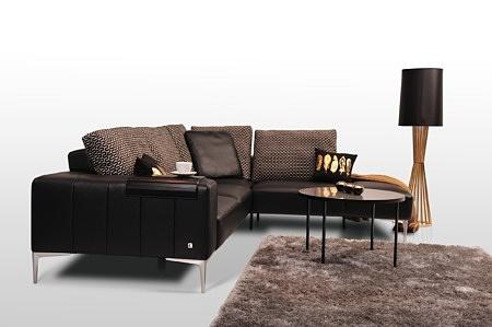 Wytworny wypoczynek do nowoczesnego wnętrza salonu z czarnej eleganckiej skóry