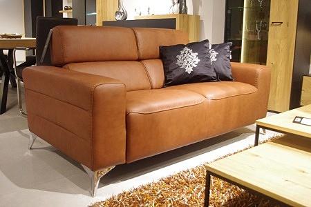 brązowa sofa