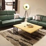 Dwie sofy skórzane tworzące komplet wypoczynkowy - aranżacja inspiracja w nowoczesnym salonie