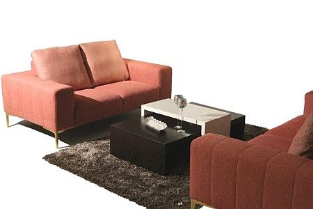 Elegancka tapicerowana sofa w kolorze czerwonym - aranżacja salonu z kompletem wypoczynkowym 2+2 składającym się z dwóch sof 2-osobowych