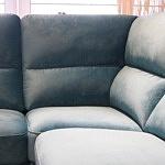 Livio - detal wykonania oparcia i siedziska, elegancki wypoczynek tapicerowany tkaniną plamoodporną Carabu