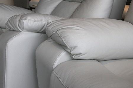 fotel w białej skórze