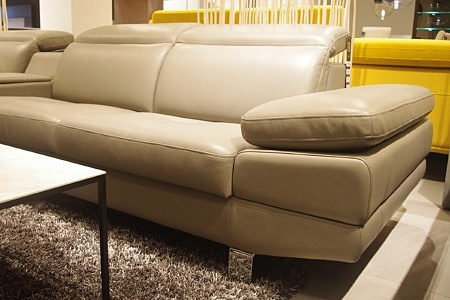 jasna skórzana sofa