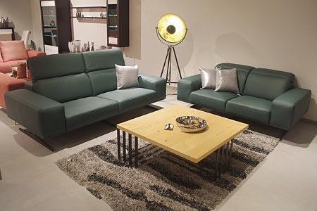 Sofy skórzane - zestaw wypoczynkowy 2+2, skóra zielona butelkowa zieleń, nowoczesna aranżacja salonu z dwiema sofami