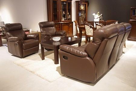 Elegancki brązowy komplet wypoczynkowy skórzana sofa i dwa fotele z funkcją relax