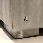 Drift - metalowe nogi w sofie, na boku sofy widoczny logotyp TC MEBLE Tomasz Cembolista