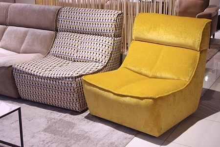 Wygodny żółty fotel jako element w narożniku modułowym