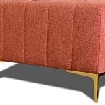 Złote nóżki w nowoczesnej sofa tapicerowanej tkaniną w kolorze czerwonym