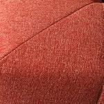 Detal najwyższej jakości wykonania łączenia tkanin w czerwonej sofie
