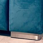 Livio - detal nogi metalowej ze stali szczotkowanej w narożniku tapicerowanym tkaniną w kolorze turkusowym