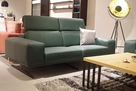 Sofa skórzana zielona - nowoczesny design sofy z grubymi bokami, metalowymi nogami i regulowanymi zagłówkami
