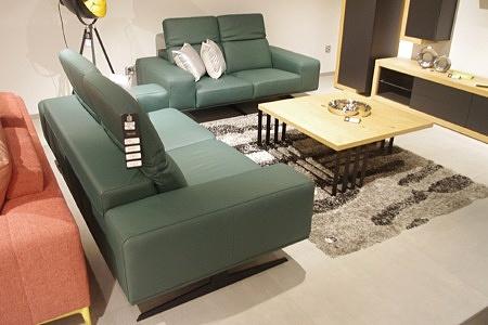 Skórzane kanapy ze skóry naturalnej w kolorze butelkowa zieleń, inspiracja na urządzenie salonu w nowoczesnym domu bądź mieszkaniu, lofcie