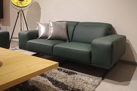 Nowoczesna sofa skórzana, zielona skóra butelkowa zieleń, srebrne eleganckie poduszki, ekskluzywny mebel wypoczynkowy klasy premium