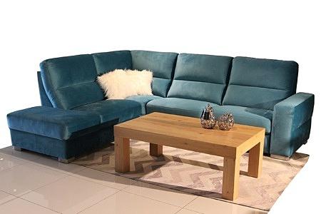 Livio - turkusowy narożnik do salonu, turkusowa kanapa narożna w aranżacji salonu z ławą z drewna dębowego