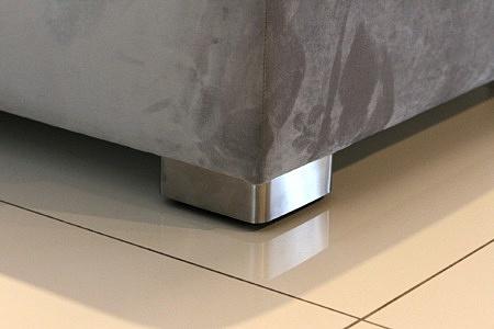 Drift - detal wykonania nowoczesnej sofy, metalowa noga ze stali szczotkowanej
