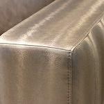 Drift - sofa, nowoczesny design, detal boku narożnika tapicerowany w kolorze białego złota