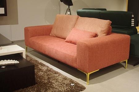 Sofa z metalowymi nogami