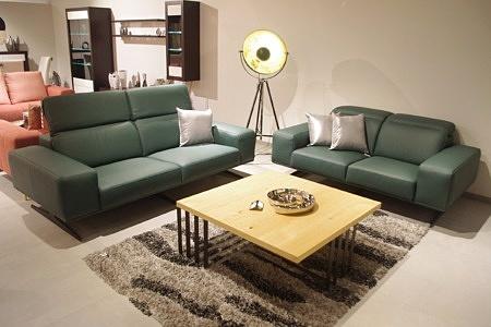 Sofy skórzane zielone - skóra naturalna klasy premium, meble wypoczynkowe najwyższej jakości - komplet wypoczynkowy zaaranżowany we wnętrzu nowoczesnego salonu