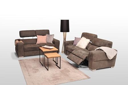 Sofy z zagłówkami podnoszonymi, tapicerowane tkaniną w kolorze brązowym, grube boki i oparcie, miękkie siedziska, funkcja relaksu elektrycznego