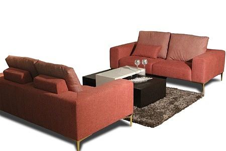 Zestaw wypoczynkowy 2+2, dwie czerwone sofy tapicerowane tkaniną, oparcie poduszki, szerokie boki, eleganckie ekskluzywne złote nogi