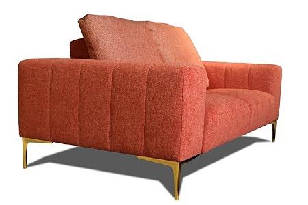 Czerwona nowoczesna sofa tapicerowana ze złotymi nogami - w zestawie dwie poduszki stanowiące wygodne oparcie