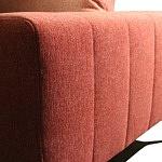 Szczegół wykonania boku sofy z regularnymi pionowymi przeszyciami