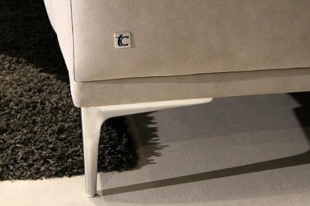 Rimini - detal wykonania delikatnych nóżek nowoczesnej kanapy sofy