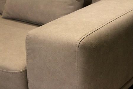 Rimini - detal wykonania wygodnej sofy tapicerowanej tkaniną carabu w kolorze brązowym