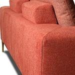 Detal wykonania oparcia w nowoczesnej czerwonej sofie tapicerowanej tkaniną