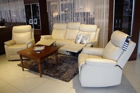 Fresco - biały komplet wypoczynkowy, jasna skóra naturalna, sofa z Relaxem, 2 fotele