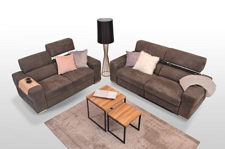 Wyszukany i gustowny komplet wypoczynkowy do ekskluzywnego wnętrza - zestaw 2+2, eleganckie sofy tapicerowane brązowe z grubymi bokami, podnoszone zagłówki, funkcja relaks