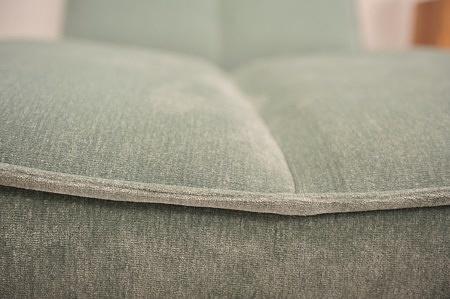 Zbliżenie na wykonanie szwu w sofie tapicerowanej materiałem aquaclean