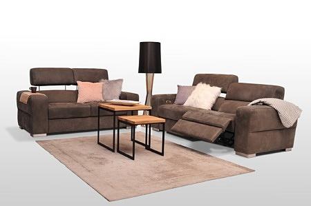 Zestaw wypoczynkowy do salonu 2+2, sofy tapicerowane tkaniną w kolorze brązowym, mechanizm podnoszenia zagłówków, funkcja relaksu elektrycznego