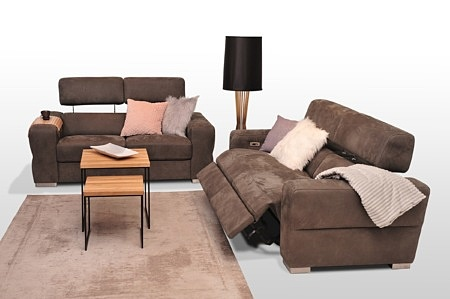 Zestaw wypoczynkowy skórzany do salonu - w skład kompletu wchodzą 2 sofy 2-osobowe, kolor brązowy, materiał obicia tkanina welurowa, podnoszone zagłówki, funkcja relax elektryczny