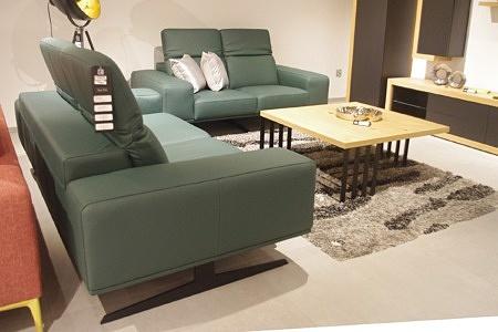 Zielone skórzane sofy, kolor butelkowa zieleń, inspiracja wnętrza salonu ze skórzanym kompletem wypoczynkowym 2+2