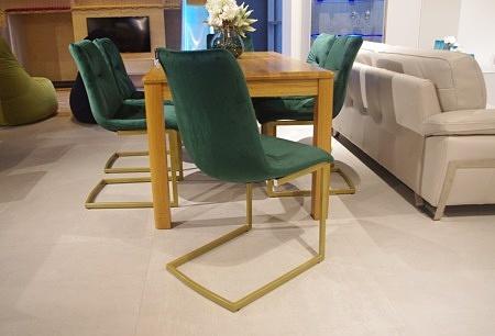 Eleganckie krzesła do salonu złote nogi