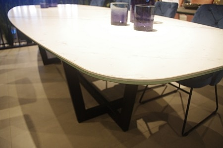 Krawędź stołu ze szkłem