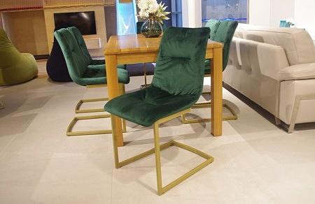 Krzesła butelkoa zieleń nogi złote ładne