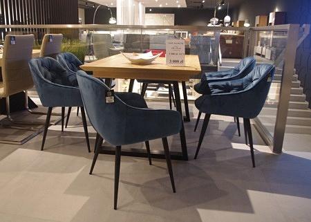 Krzesła do salonu niebieskie granatowe czarne nogi pikowane