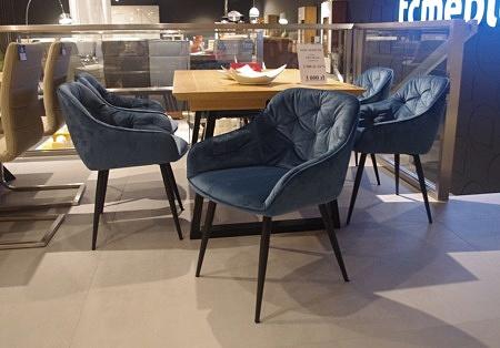 krzesło granatowe pikowane niskie