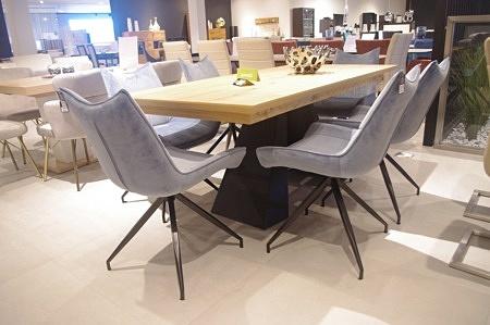 ładne krzesła niebieskie do salonu