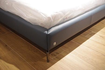 łóżko do salonu niebieskie
