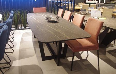 Stół z blatem ze spieku kwarcowego noir desire
