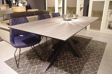 Nowoczesny stół na nogach