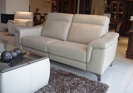 Sofa na wysokich nogach