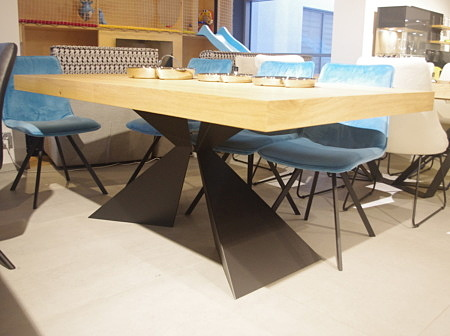 Stół do nowoczesnego salonu