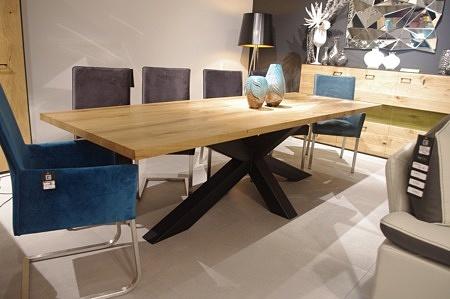 Stół z drewnianym blatem czarne nogi