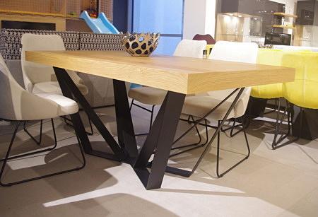 Stół z metalową nogą rozkładany